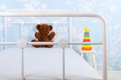 Η κρεβατοκάμαρα παιδιών με γεμισμένος αντέχει Στοκ Φωτογραφία