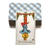 Η κρεμασμένη στάση παράδοσης αντανάκλασης καρτών Tarot ατόμων έξω από την εικόνα διανυσματική απεικόνιση
