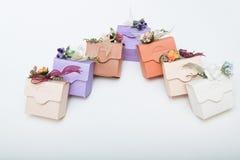 Η κρητιδογραφία χρωματίζει τα bithday κιβώτια δώρων χαρτοκιβωτίων με την κορδέλλα και flowe Στοκ εικόνες με δικαίωμα ελεύθερης χρήσης