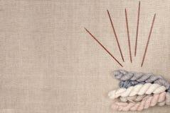 Η κρητιδογραφία χρωματίζει τη δεσμίδα του νήματος και των ξύλινων πλέκοντας βελόνων Στοκ εικόνα με δικαίωμα ελεύθερης χρήσης
