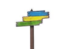 Η κρητιδογραφία χρωμάτισε τα ξύλινα σημάδια κατεύθυνσης, στο λευκό στοκ φωτογραφίες με δικαίωμα ελεύθερης χρήσης