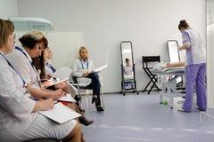 Η κριτική επιτροπή υπολογίζει την εργασία του cosmetologist Στοκ Εικόνες