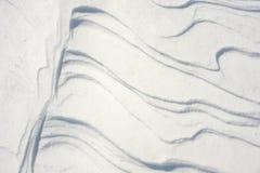 η κρούστα 2 υπογραμμίζει την παγωμένη σύσταση επιφάνειας φωτός του ήλιου χιονιού προτύπων λιμνών φυσική λεπτά Στοκ φωτογραφία με δικαίωμα ελεύθερης χρήσης