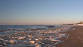 Η κρύα θάλασσα της Βαλτικής το χειμώνα με την παγωμένη παραλία Ρήγα, Λετονία απόθεμα βίντεο