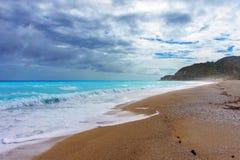 Η κυανή καραϊβική θάλασσα στο νεφελώδη καιρό στοκ εικόνες