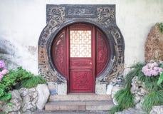 Η κυκλική κόκκινη πόρτα παραδοσιακού κινέζικου με τις ξύλινες διακοσμήσεις σε Yu καλλιεργεί, Σαγκάη, Κίνα στοκ φωτογραφία με δικαίωμα ελεύθερης χρήσης