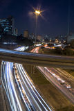 Η κυκλοφορία σύρει τη νύχτα Στοκ φωτογραφία με δικαίωμα ελεύθερης χρήσης