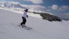 Η κυκλοφορία του σκιέρ που κάνει σκι κάτω από την κλίση στο χιονοδρομικό κέντρο βουνών φιλμ μικρού μήκους