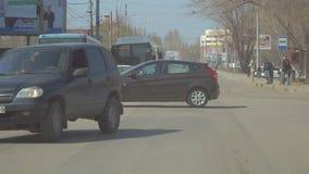 Η κυκλοφορία των αυτοκινήτων στα σταυροδρόμια στην πόλη της Samara απόθεμα βίντεο