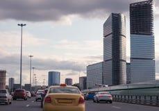 Η κυκλοφοριακή συμφόρηση σε έναν δρόμο πόλεων Στοκ Φωτογραφία