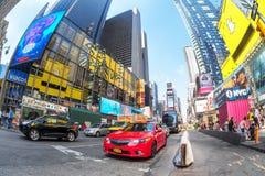 Η κυκλοφορία και το νέο ανάβουν κατά περιόδους το τετράγωνο στην πόλη της Νέας Υόρκης Στοκ φωτογραφία με δικαίωμα ελεύθερης χρήσης