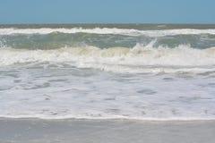 Η κυματωγή είναι επάνω στο Κόλπο του Μεξικού στην ινδική παραλία βράχων, Φλώριδα Στοκ Εικόνες