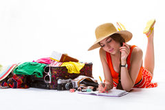 Η κυρία βάζει κοντά στην υπερχειλισμένη βαλίτσα Στοκ Εικόνες