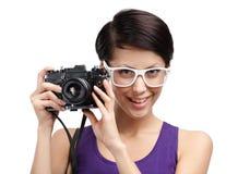 Η κυρία δίνει την επαγγελματική φωτογραφική φωτογραφική μηχανή Στοκ Εικόνες