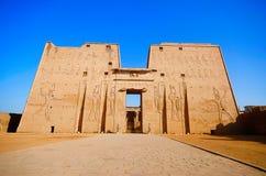 Η κυρία είσοδος του ναού Edfu που παρουσιάζει πρώτο πυλώνα, που αφιερώνεται στο Θεό Horus γερακιών Στοκ Εικόνα