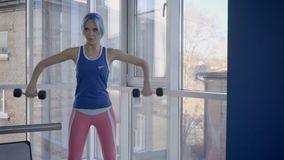 Η κυρία ικανότητας που κάνει την πλευρική επέκταση αλτήρων αυξάνει την άσκηση στη γυμναστική απόθεμα βίντεο