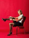 Η κυρία ισιώνει τις γυναικείες κάλτσες Στοκ Φωτογραφίες