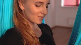 Η κυρία κοιτάζει άμεσα στη κάμερα δακτυλογραφώντας ένα μήνυμα απόθεμα βίντεο
