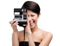 Η κυρία παίρνει τις θραύσεις με τη φωτογραφική φωτογραφική μηχανή κασετών Στοκ Εικόνα