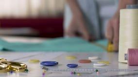 Η κυρία που εργάζεται παρουσιάζει δωμάτιο, παράγοντας τις διακοσμήσεις, που ράβουν την κινηματογράφηση σε πρώτο πλάνο εξαρτημάτων απόθεμα βίντεο