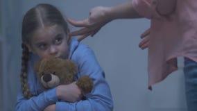 Η κυρία που φωνάζει φοβισμένος το κορίτσι που αγκαλιάζει την teddy-αρκούδαη για να προστατευθεί απόθεμα βίντεο