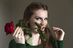 Η κυρία σε πράσινο με το κόκκινο αυξήθηκε Στοκ εικόνες με δικαίωμα ελεύθερης χρήσης