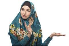 Η κυρία στη διαφήμιση Hijab θέτει στοκ φωτογραφία