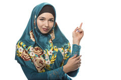 Η κυρία στη διαφήμιση Hijab θέτει στοκ εικόνα