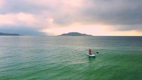 Η κυρία στο paddleboard εξαφανίζεται στον ωκεανό και ο σημαντήρας εμφανίζεται απόθεμα βίντεο