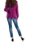 Η κυρία φορά το παλτό και τα τζιν Στοκ φωτογραφία με δικαίωμα ελεύθερης χρήσης