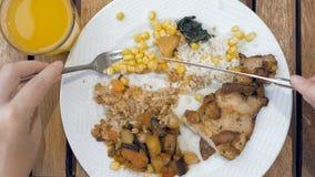 Η κυρία χρησιμοποιεί τα εργαλεία για να κόψει το γεύμα στα μικρά δαγκώματα στοκ εικόνα με δικαίωμα ελεύθερης χρήσης