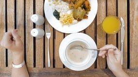 Η κυρία χρησιμοποιεί τα εργαλεία για να κόψει το γεύμα στα μικρά δαγκώματα στοκ φωτογραφία
