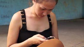 Η κυρία χρησιμοποιεί το κινητό τηλέφωνο που επικοινωνεί φιλμ μικρού μήκους
