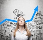 Η κυρία ψάχνει τις νέες επιχειρησιακές ιδέες Μπλε βέλος ανάπτυξης ως έννοια της επιτυχούς επιχείρησης Τα επιχειρησιακά εικονίδια  Στοκ Φωτογραφίες