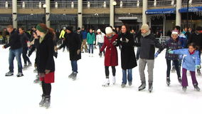 Η Κυριακή στην αίθουσα παγοδρομίας πατινάζ πάγου φιλμ μικρού μήκους