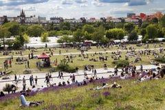 Η Κυριακή στο πάρκο Βερολίνο Γερμανία Mauer Στοκ εικόνα με δικαίωμα ελεύθερης χρήσης