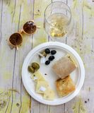 Η Κυριακή aperitive είναι έτοιμη με το άσπρο κρασί και κάποιο πρόχειρο φαγητό Στοκ φωτογραφία με δικαίωμα ελεύθερης χρήσης