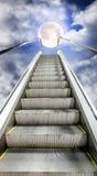 Η κυλιόμενη σκάλα κινείται μέχρι τον έναστρο ουρανό με ένα φεγγάρι Στοκ φωτογραφία με δικαίωμα ελεύθερης χρήσης