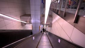 Η κυλιόμενη σκάλα που κινείται με το άτομο HD 1920x1080 απόθεμα βίντεο