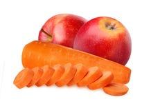 Η κόκκινα Apple και καρότα που απομονώνονται στο άσπρο υπόβαθρο Στοκ εικόνα με δικαίωμα ελεύθερης χρήσης