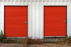 Η κόκκινη αποθήκευση έριξε τις πόρτες στοκ φωτογραφίες
