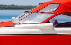Η κόκκινη βάρκα είναι στο αγκυροβόλιο που δένεται μια θερινή ημέρα Στοκ Φωτογραφίες