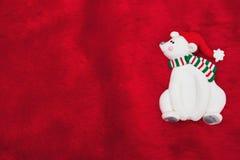 Η κόκκινη γούνα και τα Χριστούγεννα βελούδου αντέχουν το υπόβαθρο Χριστουγέννων Στοκ εικόνα με δικαίωμα ελεύθερης χρήσης