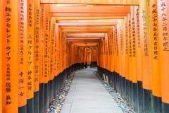 η κόκκινη διάβαση πεζών πυλών torii στη λάρνακα taisha inari fushimi στις KY Στοκ φωτογραφία με δικαίωμα ελεύθερης χρήσης