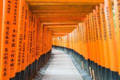 η κόκκινη διάβαση πεζών πυλών torii στη λάρνακα taisha inari fushimi στις KY Στοκ Φωτογραφία