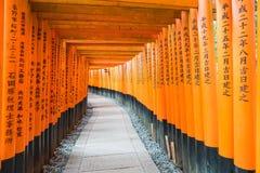 η κόκκινη διάβαση πεζών πυλών torii στη λάρνακα taisha inari fushimi στις KY Στοκ εικόνα με δικαίωμα ελεύθερης χρήσης