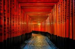 η κόκκινη διάβαση πεζών πυλών torii στη λάρνακα taisha inari fushimi στο Κιότο, Ιαπωνία Στοκ Εικόνες