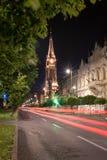 Η κόκκινη εκκλησία στην πόλη Arad, παλαιό κέντρο κωμοπόλεων στη νύχτα στο θερινό χρόνο Στοκ Εικόνα