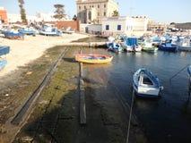Η κόκκινη και κίτρινη βάρκα στο λιμάνι Στοκ φωτογραφία με δικαίωμα ελεύθερης χρήσης