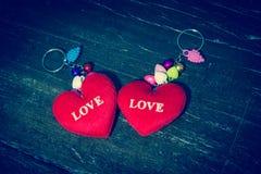 Η κόκκινη καρδιά γράφει την αγάπη λέξης. Στοκ φωτογραφία με δικαίωμα ελεύθερης χρήσης